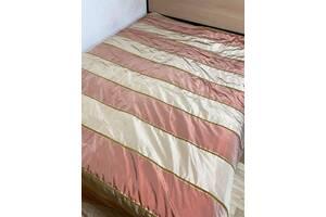 Додамо :  Ошатне покривало на двоспальне ліжко 256х196 см. Підкладка стьобана. В ідеальному стані.  550 грн.