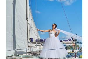 Платье на размер с или м,регулируется корсетом пышное,есть кольца и фата