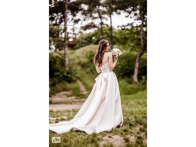 купить бу Продам шикарное атласное свадебное платье. -50% от настоящей цены! в Киеве