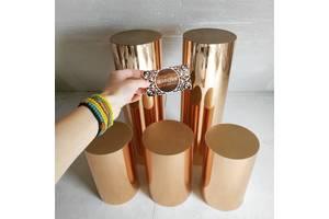 Золоті дзеркальні тубуси білі срібні колони колонны стіл кенді кенди бар декор золота весільна фотозона свадьба