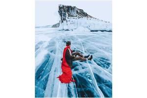 """Картина по номерам. Brushme """"Красный шарф на льдине байкала"""" GX26284"""