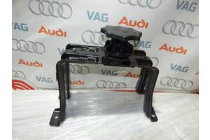 Б/У Кронштейн запаски AUDI A4 S4 A5 S5 8K0802715