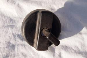 Кришка бензобака для Iveco EuroCargo 2002рв пробка з ключем замикає всередині різьба діаметр 60мм крок 1.5 на горловину