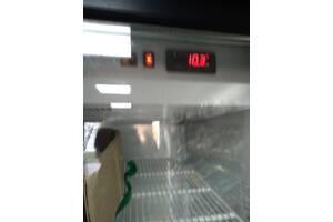 Велика холодильна вітрина і морозильна камера