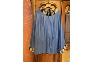 Жіноча куртка зі шкіри, з хутряним коміром на великий розмір.