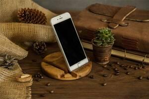 """Подставка для гаджетов """"Круг"""" на рабочий стол с персональной гравировкой из дерева для телефона смартфона планшета"""