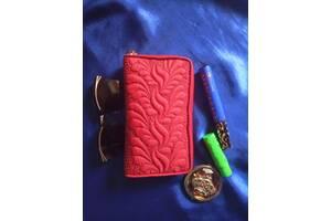 Продается красная косметичка ручной работы с вышивкой квилтингом