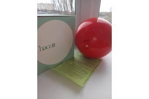 Купальник та м'яч для художньої гімнастики