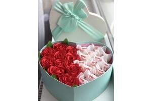 Подарок для девушки из конфет и цветов